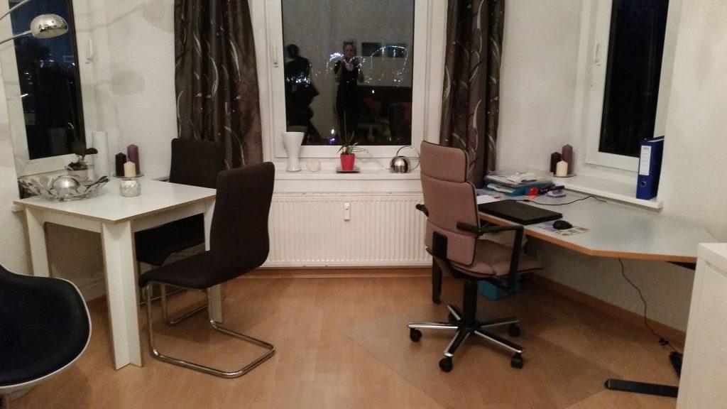 Aus diesem Büro erledigt Anja ihre Aufgaben im Homeoffice. Die Arbeitsmaterialien, die sie dafür braucht, bekommt sie von Texcell gestellt (Foto: Anja Heins).